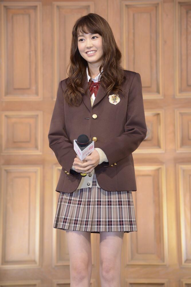 制服姿の桐谷美玲