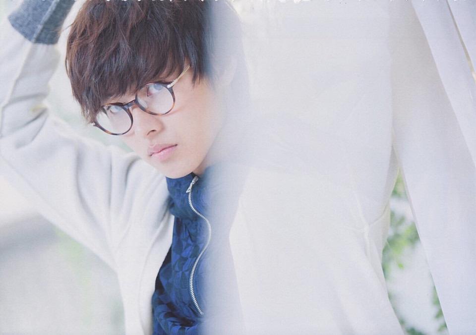 丸眼鏡の山崎賢人