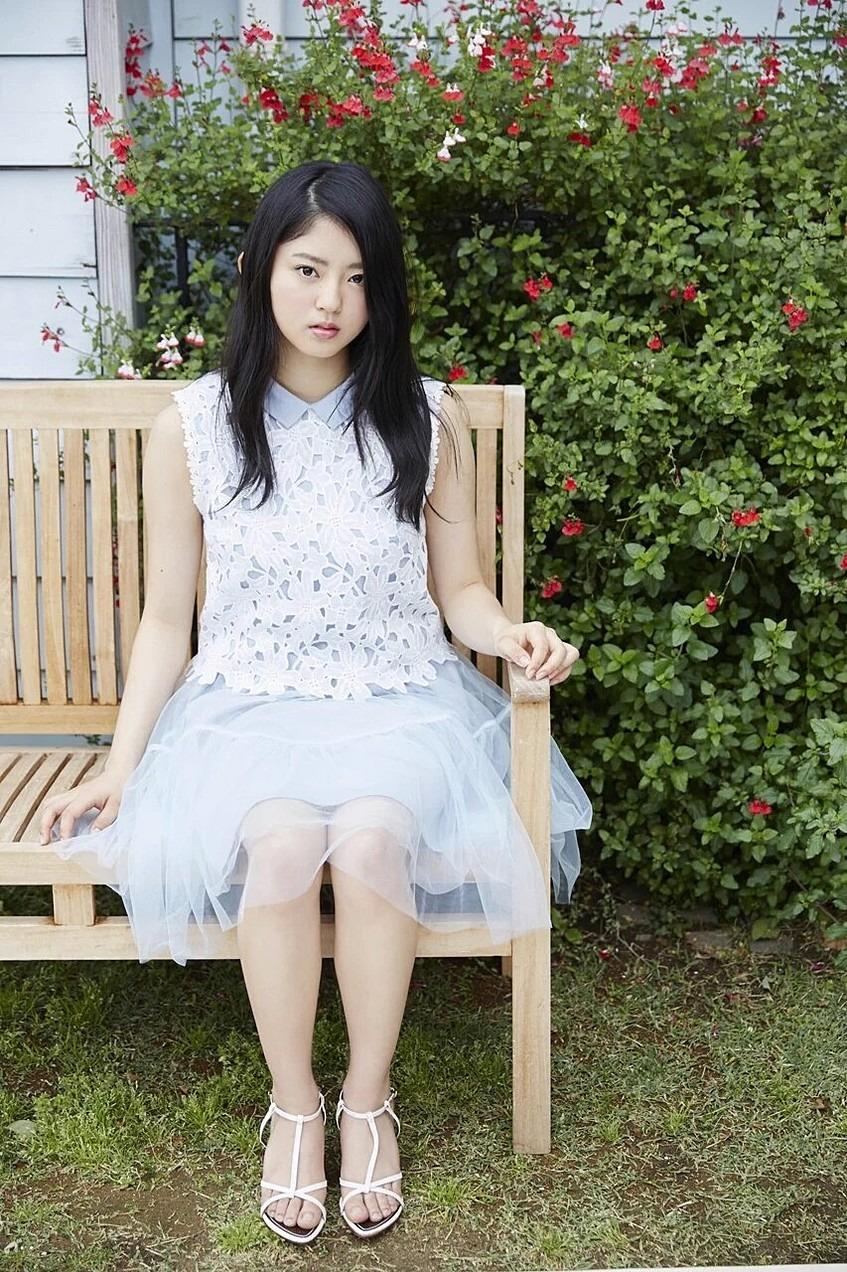 可愛い衣装を着て椅子に座っている鈴本美愉の画像♪