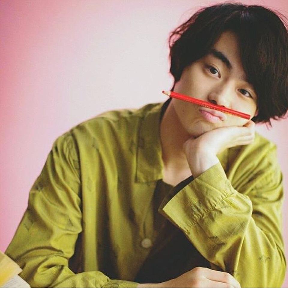 口の上に鉛筆を乗せる菅田将暉がかっこいい