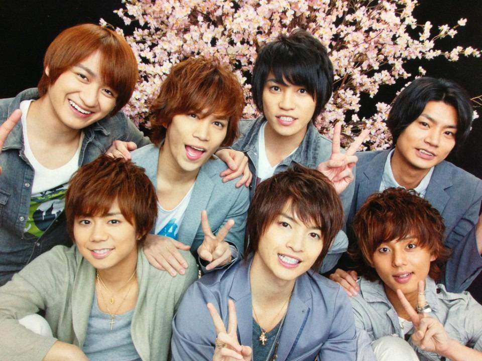 桜の花を背景にピースサインで笑顔のKis-My-Ft2