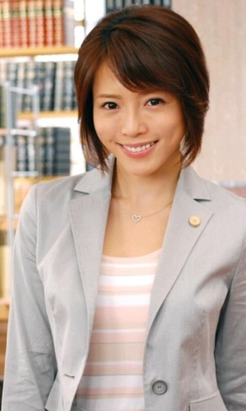 微笑む釈由美子。