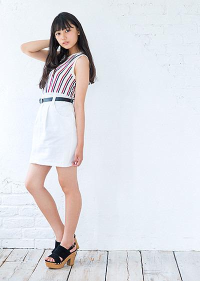 白いスカートを履いて足をクロスしている黒崎レイナ