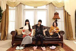 perfume3人ソファに座る壁紙