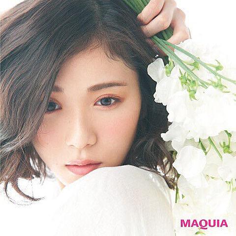 白い花束を手に持って切ない表情で見つめる松岡茉優