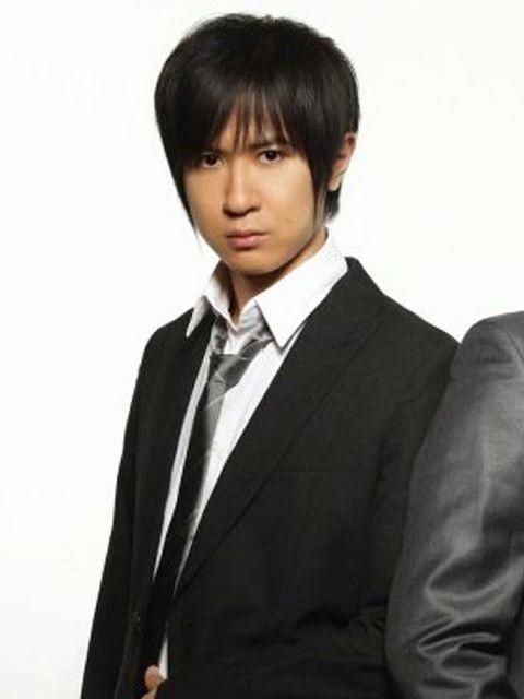 スーツをラフに着こなす杉田智和