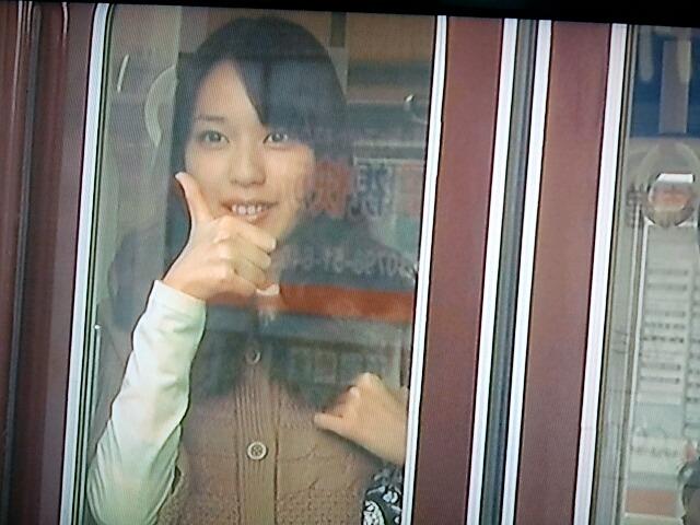 電車の中から合図を送る戸田恵梨香