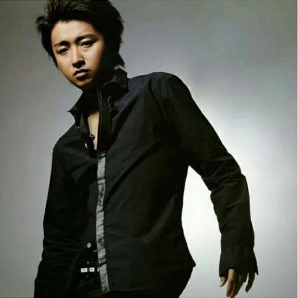 黒いシャツを着ている大野智