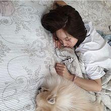 愛犬とナヨンちゃんのツーショ💜仲良くお昼寝中ってなんか良きねの画像(仲良くに関連した画像)