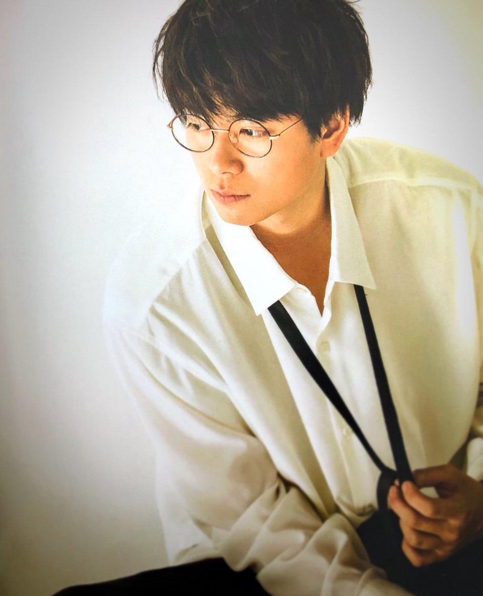 丸眼鏡の加藤シゲアキ