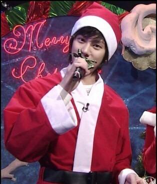 サンタクロースの恰好をしたヒチョル高画質画像です。