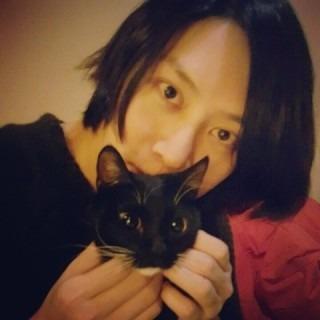 猫と一緒のヒチョル高画質画像です。