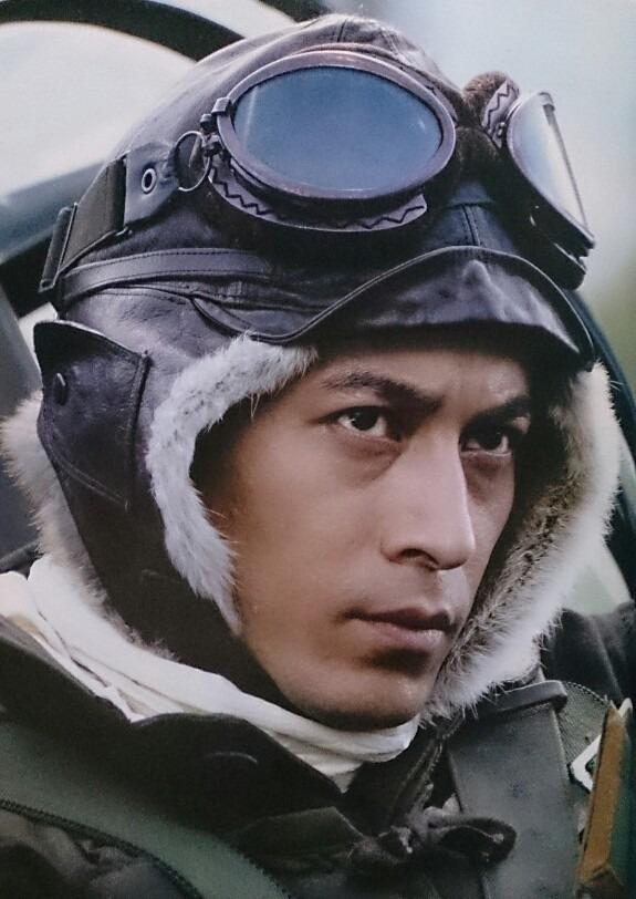 ゴーグルをかけて戦闘機に乗り込む岡田准一