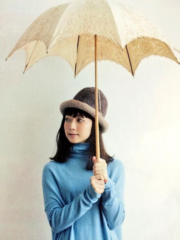 傘を差すEvery Little Thing持田香織
