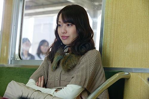電車に乗り込む戸田恵梨香