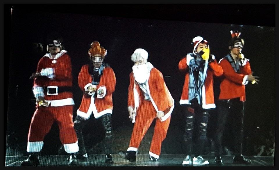 サンタの恰好をしているメンバー全員の高画質画像です。