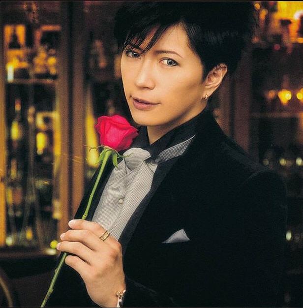 バラを持ったGacktがかっこいい