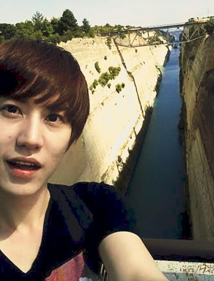 夏に橋に立っている笑顔のキュヒョン高画質画像です。