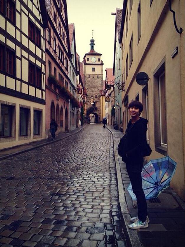 静かな街に傘をおいているキュヒョンの高画質画像です。