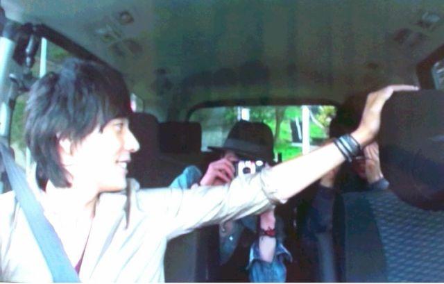 車を運転している山村隆太