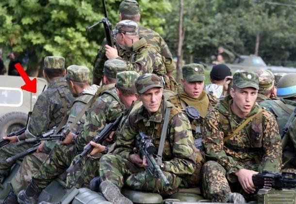 ロシア側は半島のウクライナ軍の全拠点に「交渉官」を送り、投降を呼び掛ける工作も行っているという。