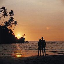 夕陽を見るカップルの画像(プリ画像)