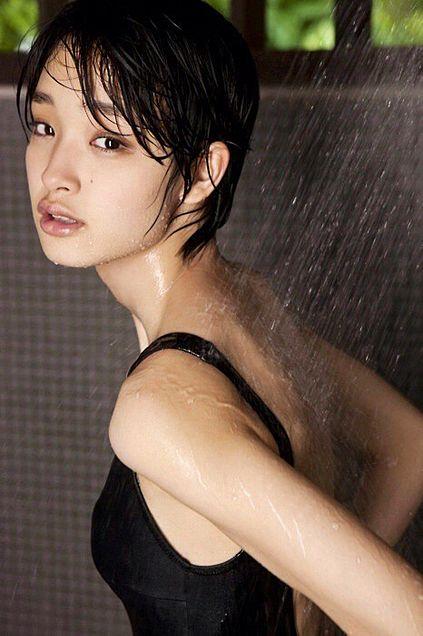 シャワーで濡れる姿が