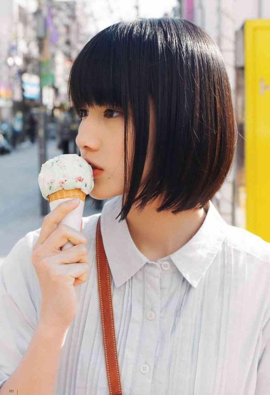 アイスを食べる橋本愛