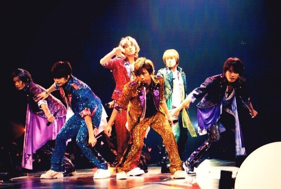 キラキラの綺麗な衣装でステージに立つKis-My-Ft2