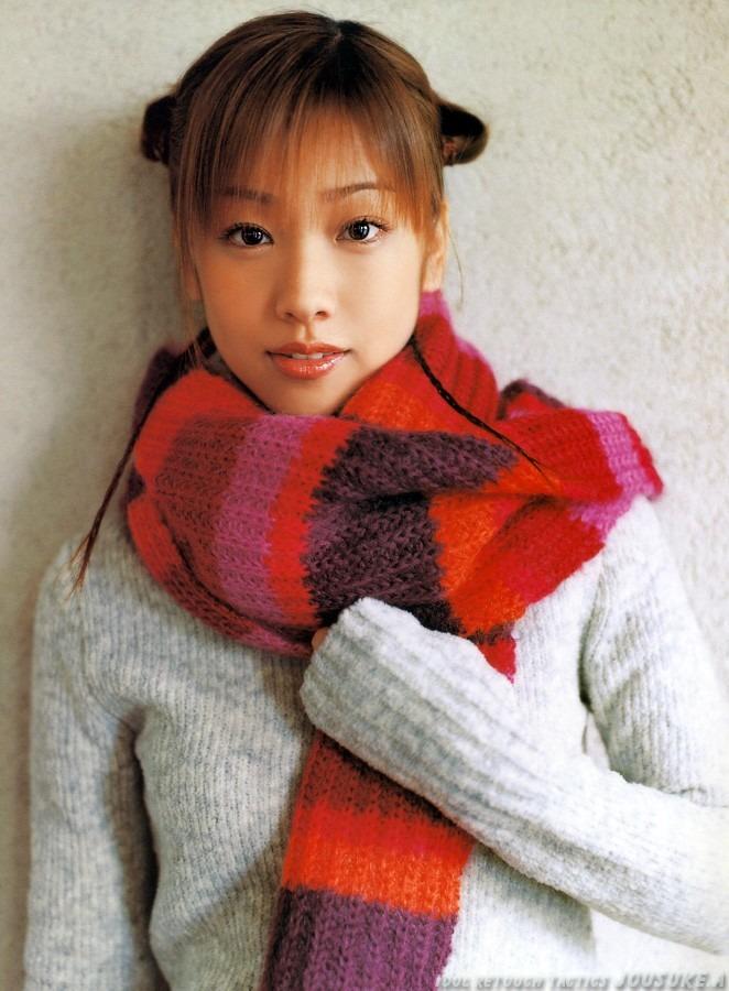 お団子頭に暖かそうなマフラーを巻いて立つ椎名法子