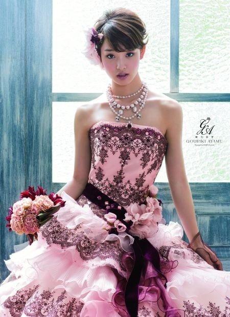 カラードレスを着る彩芽ちゃん。