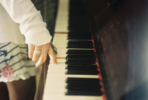 女の子とピアノ。