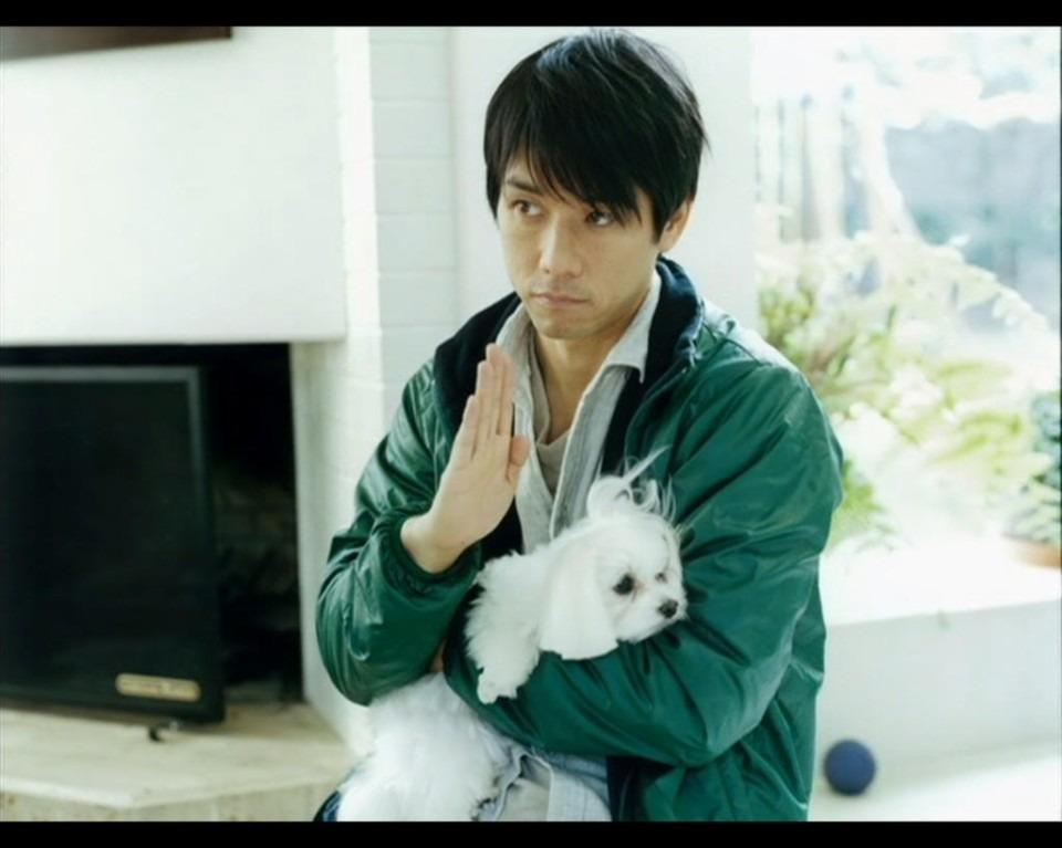 犬を抱いている西島秀俊さん