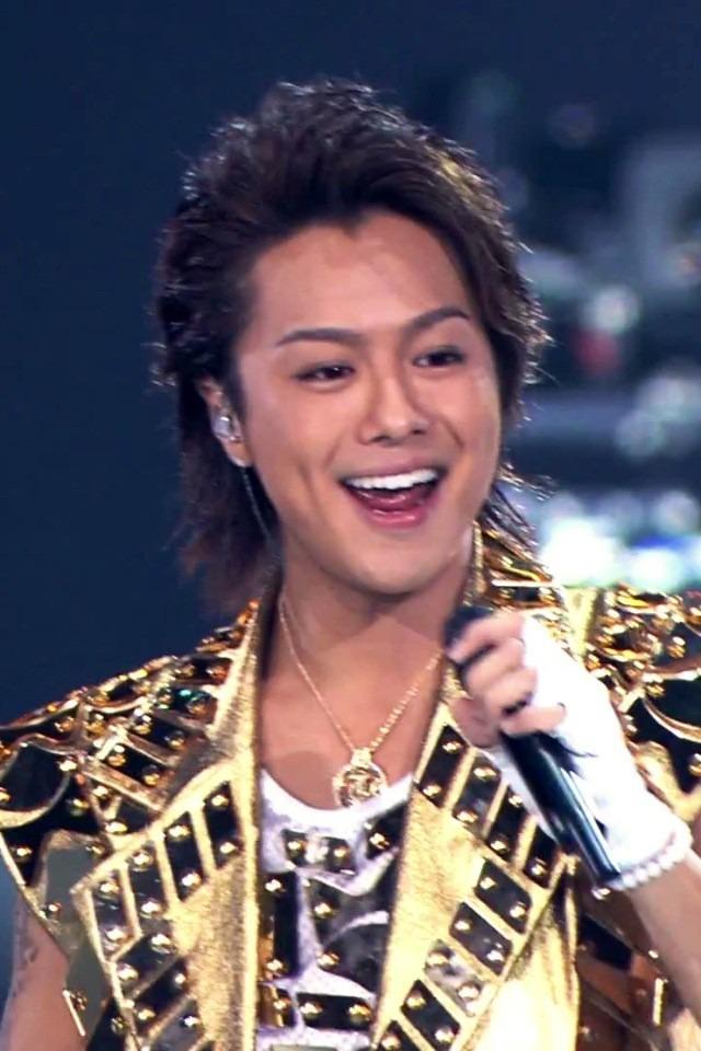 ゴールドの衣装を着て歌っているEXILEのTAKAHIROの画像