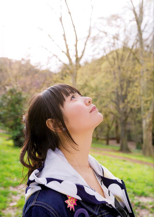 空を見上げる竹達彩奈