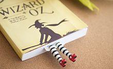 はみ出してますよ!本から足が飛び出すユニークなブックマークの画像(ブックマークに関連した画像)