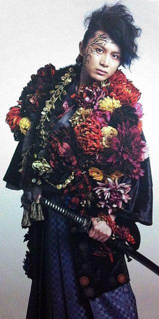 「カゴツルベ」衣装全身画像。