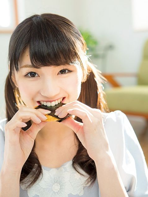 おせんべいを食べる井上小百合の画像