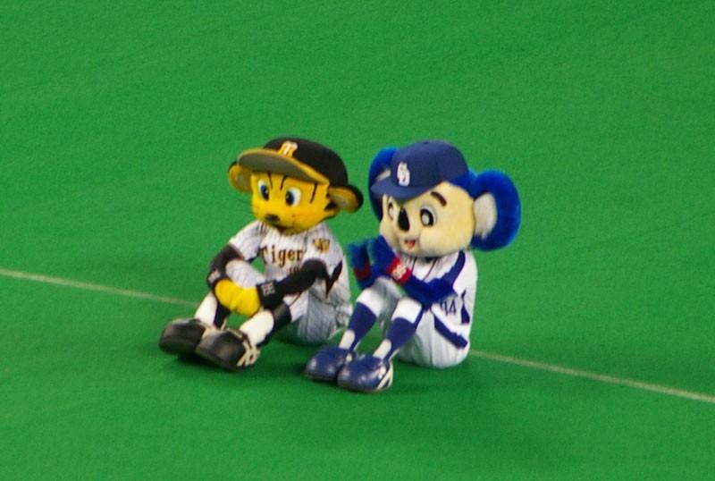 阪神のトラッキーと話しているドアラです。