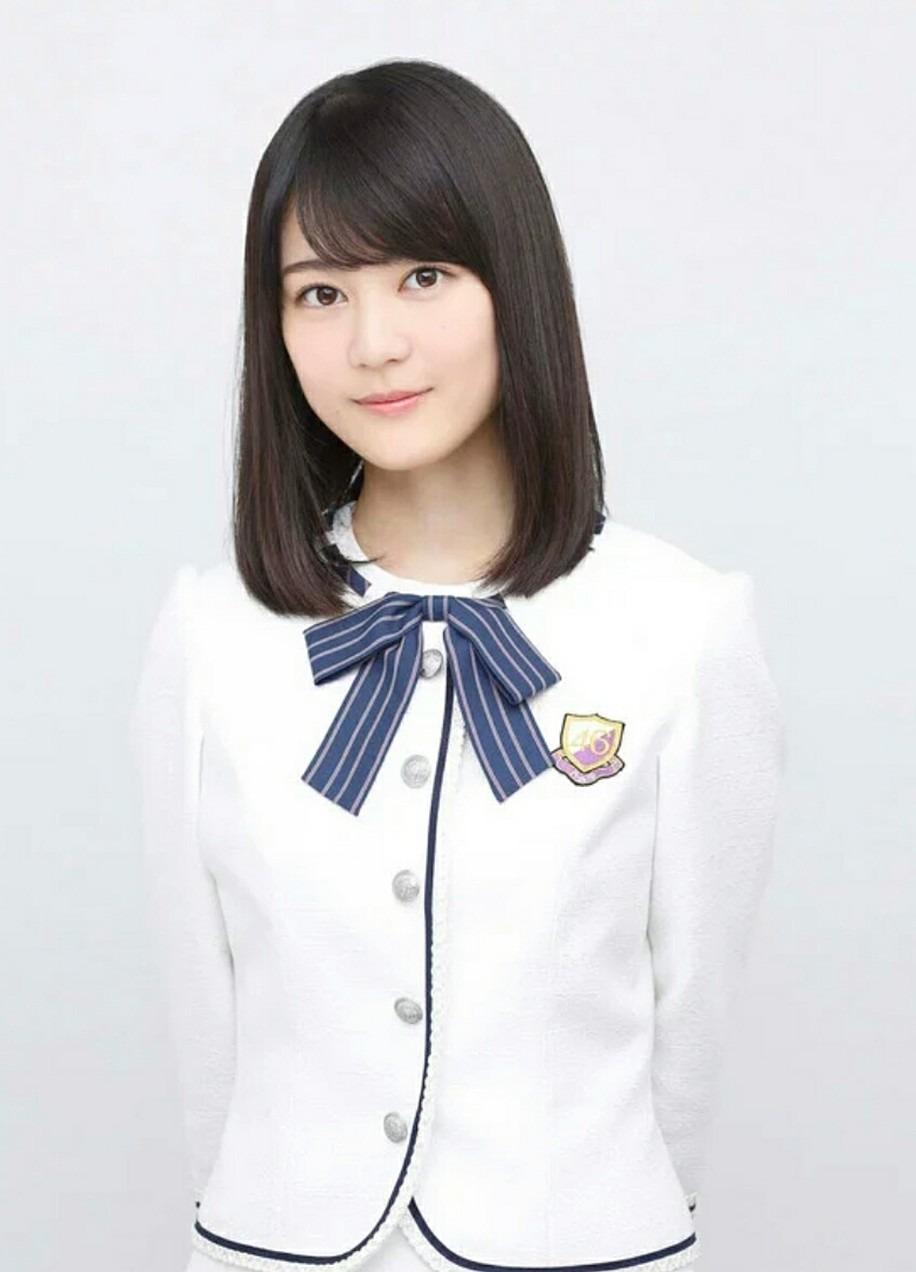 白いジャケットと青のリボンの生田絵梨花です。