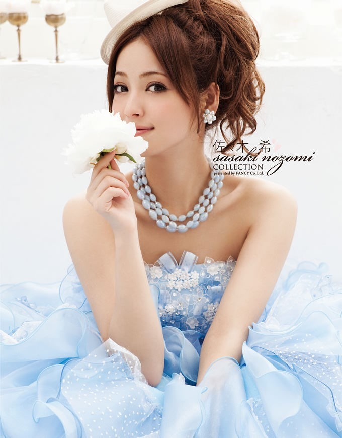 青いドレスに白い帽子が素敵な佐々木希