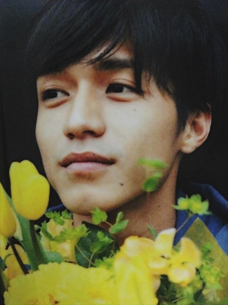 お花に囲まれている錦戸亮。