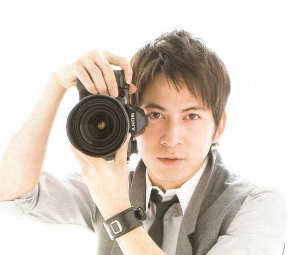 本格的なカメラを構える岡田准一
