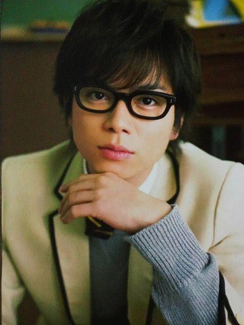 黒縁メガネの加藤シゲアキ
