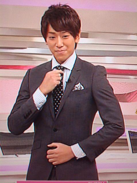 スーツを整える小山慶一郎