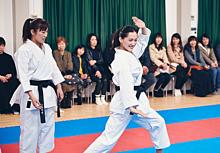 愛知県で全国トップクラスの選手と一緒に綾瀬さんが空手を体験の画像(プリ画像)