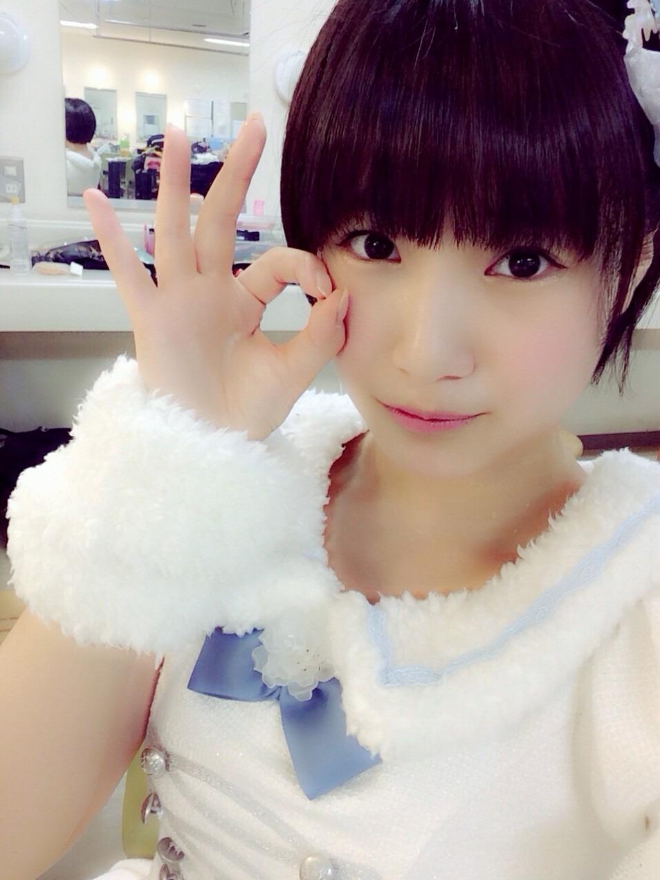手でサインを作る朝長美桜の画像