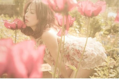 花を嗅ぐ松雪泰子
