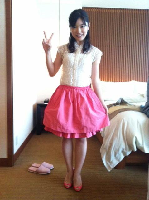 ピンクのスカートが女の子っぽくて可愛らしい、美山加恋。