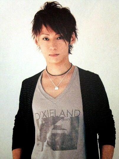 Tシャツに黒いカーディガン姿のTAKUYA∞